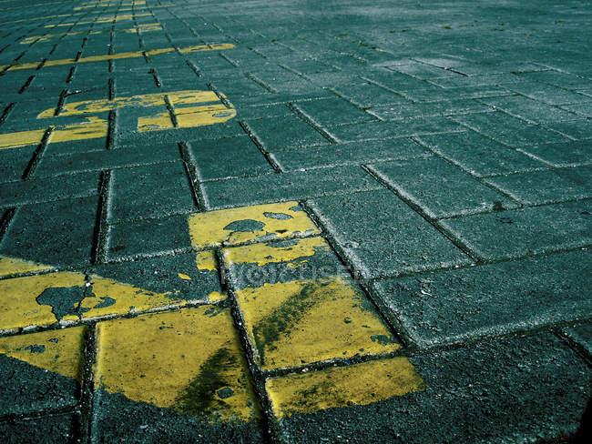 Carretera de la zona de estacionamiento con números amarillos - foto de stock