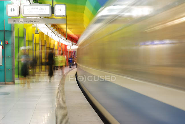Train de métro en mouvement, Munich — Photo de stock