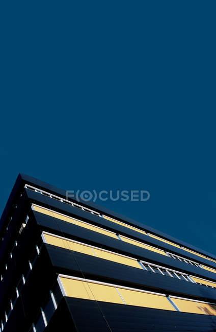 Современная архитектура фасада и blue чистое небо — стоковое фото
