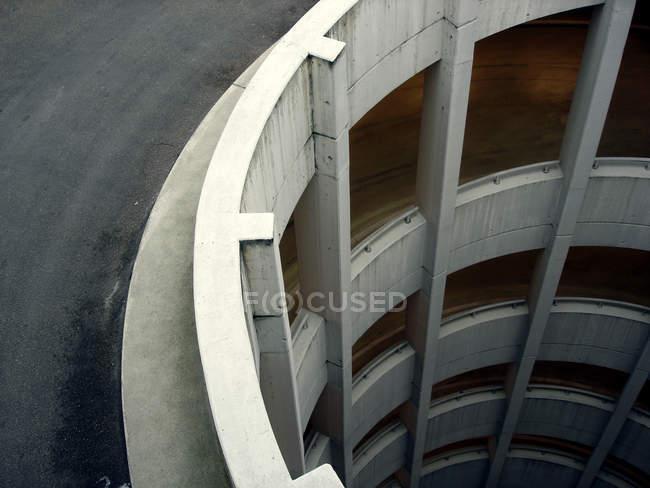 Garagem de estacionamento de concreto com piso, detalhes de arquitetura — Fotografia de Stock