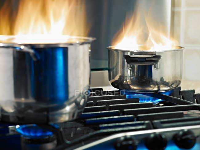 Побутові аварії, спалювання каструлі на кухні газова плита плита — стокове фото