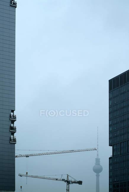 Офисных зданий в Берлине и телевизионная башня в тумане — стоковое фото