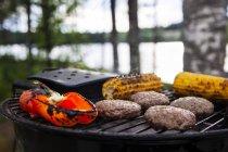 Mais, peperone dolce e carne viene cotta sul barbecue — Foto stock