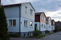 Улица с двухэтажными домами в рамках вечернее небо — стоковое фото