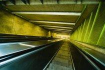 Vista de alto ângulo da escada rolante em cores amarelas e verdes — Fotografia de Stock