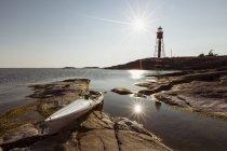 Kayak, amarré sur les rochers au journée ensoleillée — Photo de stock