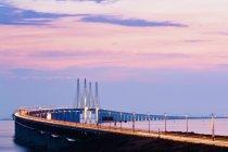 Вид на огромный длинный мост и живописный закат небо — стоковое фото