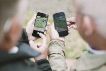 Immagine potata di uomini anziani utilizzando telefoni intelligenti all'aperto — Foto stock