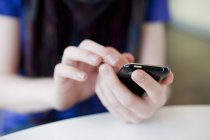 Frontansicht weiblicher Hände per Smartphone — Stockfoto