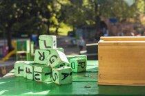 Зелений дерев'яні блоки на стіл поза дитячого садка — стокове фото