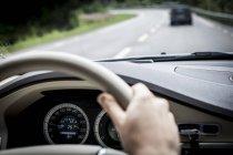 Кадроване зображення жіночих рук водіння автомобіля — стокове фото