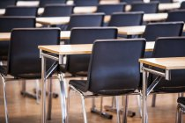 Empty chairs arranged in lecture hall — Stock Photo