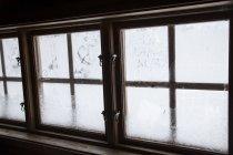 Condensação em janelas de vidro com molduras de madeira — Fotografia de Stock