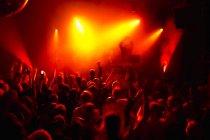 Лучи красного прожекторов более переполненном танцполе в ночном клубе — стоковое фото