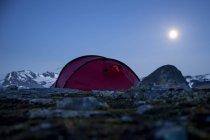 Tienda de montaña contra el cielo despejado en la noche - foto de stock