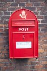 Roter Briefkasten mit Inschrift auf Ziegelmauer — Stockfoto