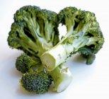 Vista del broccolo verde isolato su priorità bassa bianca — Foto stock