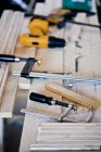 Vue angle élevé d'équipement de charpentier sur le banc en bois — Photo de stock