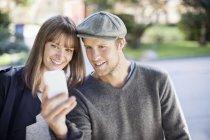 Jovem casal tomando fotografia autoretrato ao ar livre — Fotografia de Stock