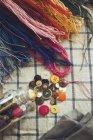 Прямо над вид шиття матеріалів на таблицю — стокове фото