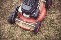 Erhöhte Ansicht der Rasenmäher auf dem Rasen — Stockfoto