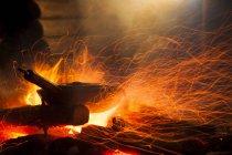 Padelle sul fuoco all'aperto di notte — Foto stock