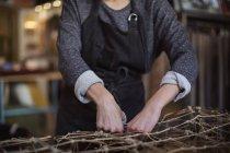 Abdomen de travailleuse méridienne supplémentaire à l'atelier de fabrication — Photo de stock