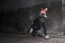 Longitud total de hombre para correr en la calle - foto de stock
