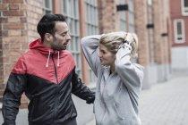 Coppia sportiva che comunica per strada — Foto stock