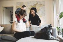 Мать с дочерью смотрят цифровой планшет с женщиной дома — стоковое фото