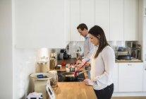 Couple préparant la nourriture ensemble dans la cuisine — Photo de stock