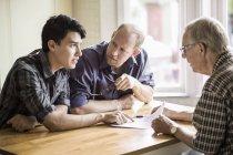 Famiglia che discute sopra documento al tavolo — Foto stock