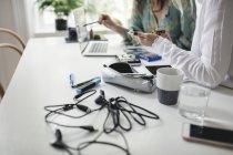 Животик коллег-женщин, работающих на жестком диске за столом в домашнем офисе — стоковое фото