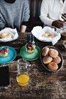 Животик многоэтнического друзей, насладиться блюдами деревянным столом в ресторане — стоковое фото