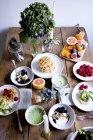 Висока кут зору з різних продуктів харчування на дерев'яну столову стіною — стокове фото