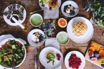 Direkt über Schuss verschiedener Lebensmittel auf Holztisch — Stockfoto