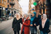 Щасливі багатоетнічного мусульманських жіночий друзів, що стояв на вулиці в місті — стокове фото