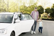 Padre e figlio in piedi in auto sulla strada — Foto stock