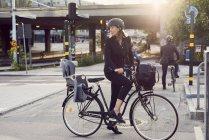 Empresaria con bicicleta en la calle en la ciudad de - foto de stock