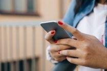 Jeune femme adulte à l'aide de téléphone portable — Photo de stock