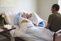 Пара відвідування старший людина в лікарні — стокове фото