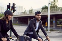 Colegas de negocios sonriente ciclismo en la ciudad de - foto de stock