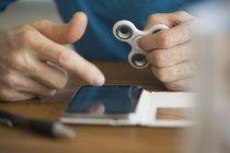 Чоловік тримає соватися лічильника при використанні мобільний телефон на стіл — стокове фото