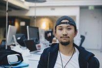 Retrato de programador de computador confiante boné no escritório — Fotografia de Stock