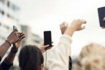 Vue d'angle élevé de personnes utilisant smartphone — Photo de stock
