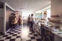 Власники, що працюють в продуктовому магазині — стокове фото