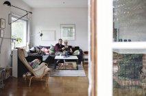 Seniorenpaar sitzt zu Hause auf Sofa im Wohnzimmer — Stockfoto