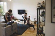 Madre y niña jugando mientras la mujer trabaja en casa - foto de stock