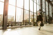 Integrale dei senior maschili pendolari a piedi con i bagagli dalla finestra alla stazione della ferrovia — Foto stock