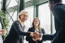 Senior business woman saluto colleghi durante la conferenza — Foto stock